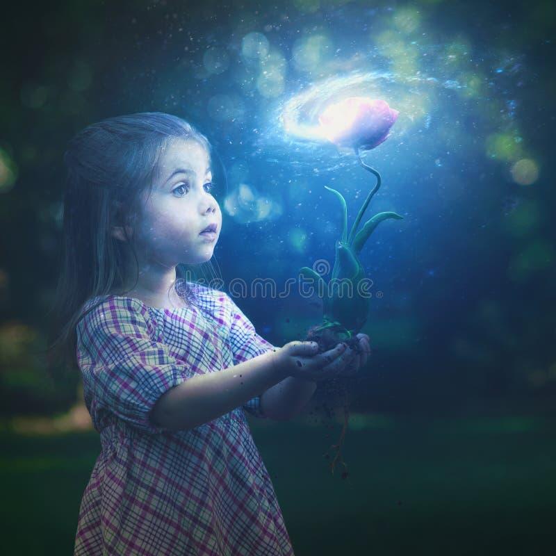 Маленькая девочка и цветок галактики стоковое изображение rf