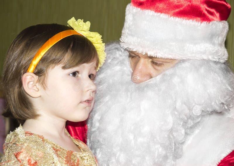 Маленькая девочка и santa стоковые фотографии rf