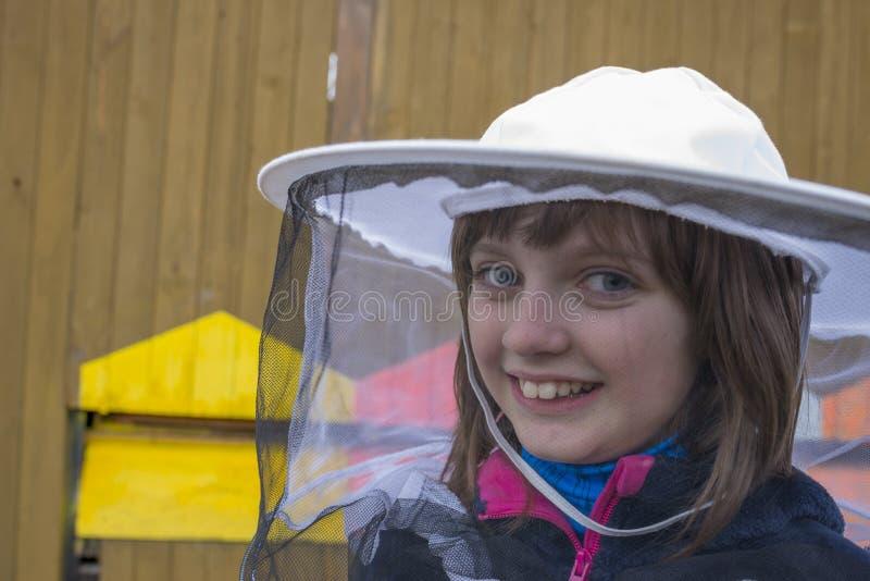 Маленькая девочка - молодой beekeeper стоковые изображения rf