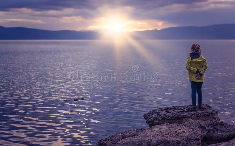 Маленькая девочка на береге озера стоковое фото