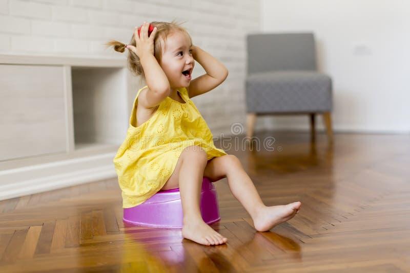 Маленькая девочка на горшочке стоковые фотографии rf