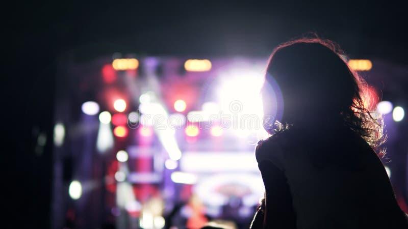 Маленькая девочка на ее ` s отца в аудитории во время концерта стоковые изображения rf