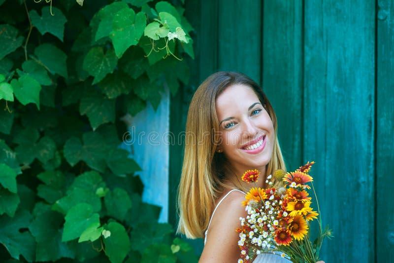 Маленькая девочка на летний день с wildflowers стоковые изображения