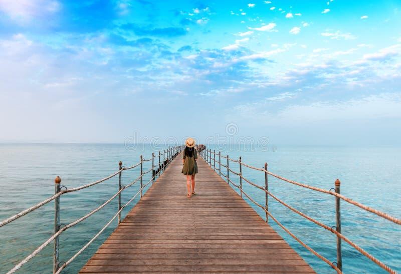 Маленькая девочка на пристани стоковое изображение