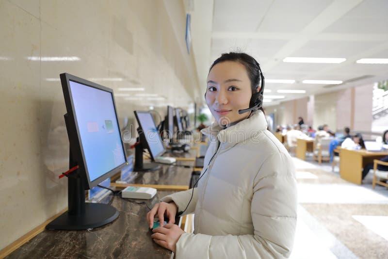 Маленькая девочка на справочном бюро на библиотеке Шанхая стоковая фотография rf