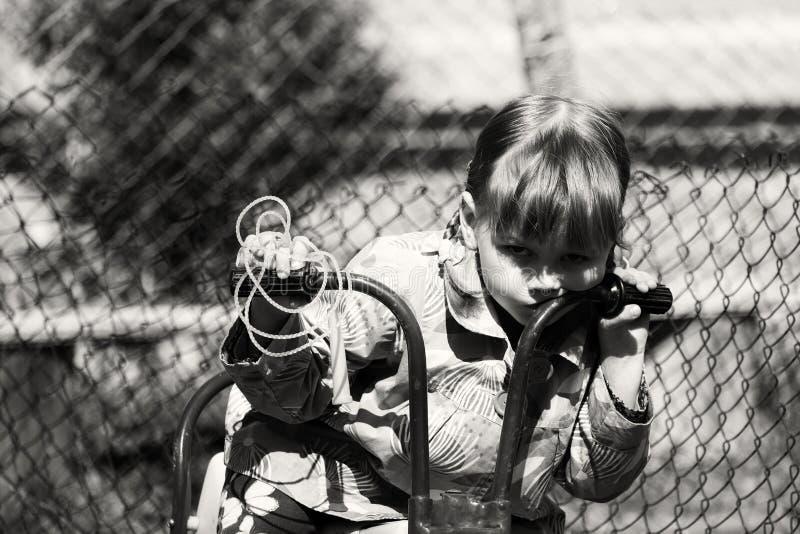 Маленькая девочка на тяпке ` s детей стоковые фото