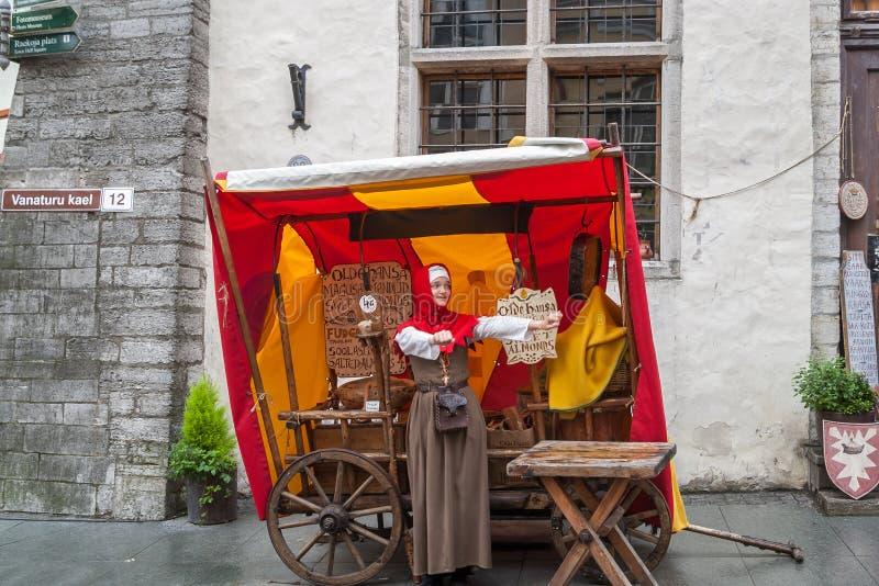Маленькая девочка одетая в традиционных средневековых одеждах, Таллин, Эстония стоковая фотография rf