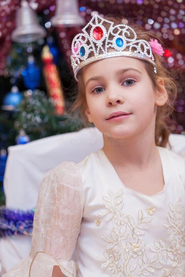Маленькая девочка одетая как девушка снежка стоковое фото rf