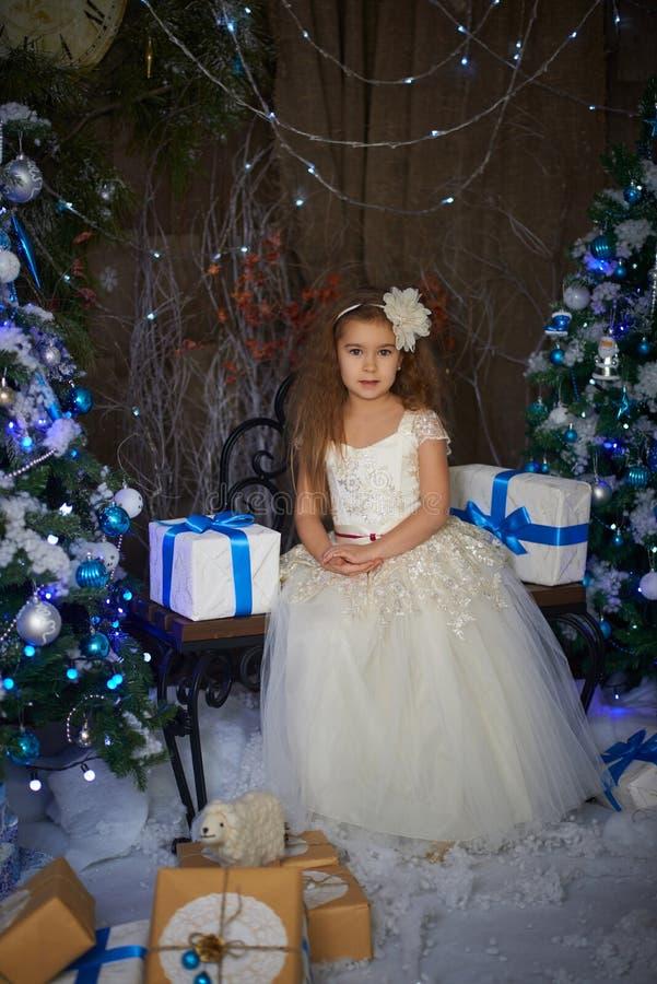 Маленькая девочка около 2 искусственных рождественских елок стоковые фотографии rf