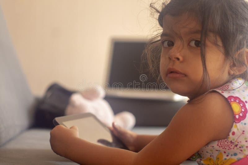 Маленькая девочка ослабленная с ее таблеткой стоковая фотография rf