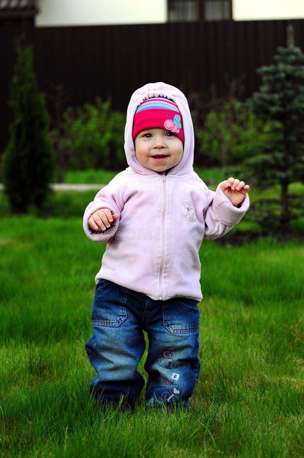Маленькая девочка отдыхая в природе стоковое фото