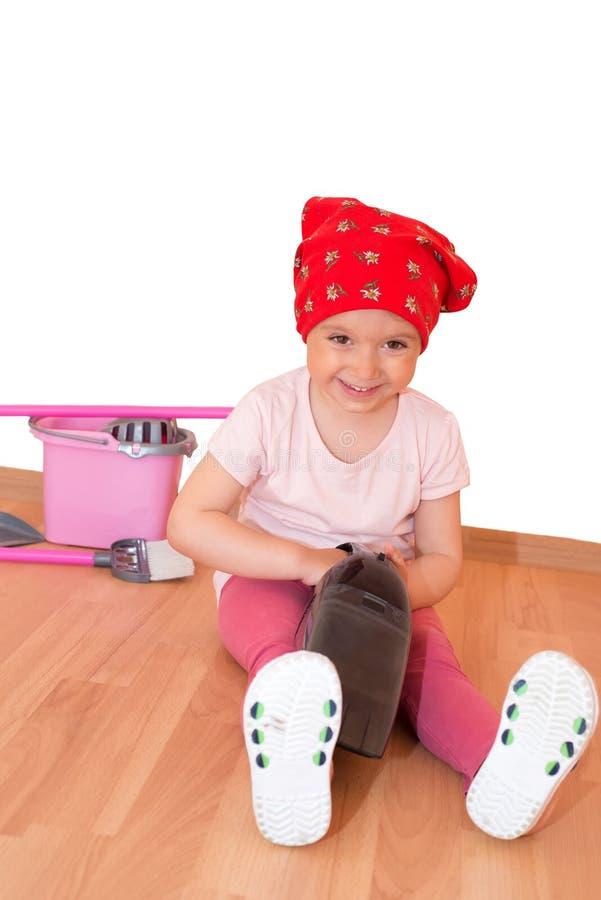Маленькая девочка очищая вверх изолированный с путем клиппирования стоковая фотография