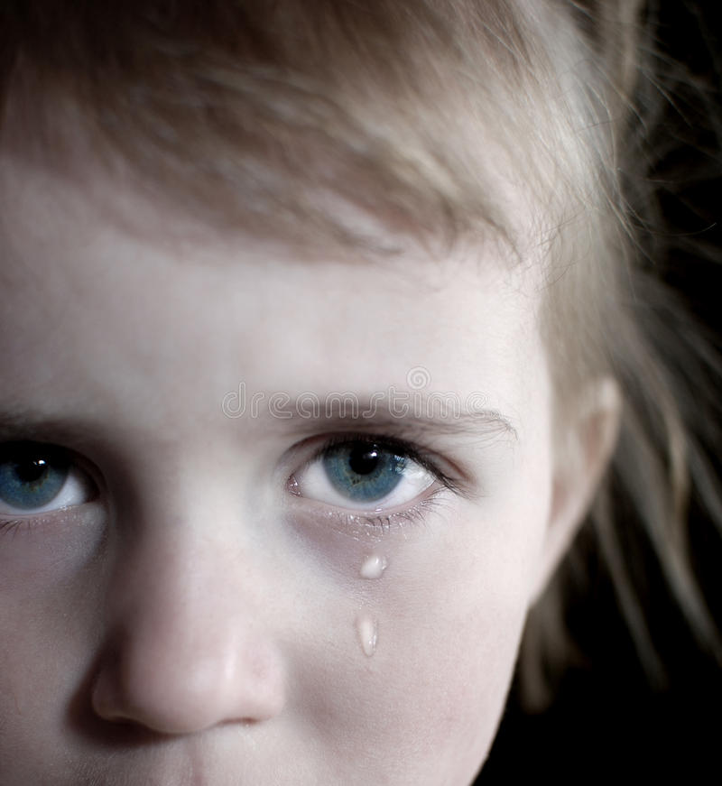 Маленькая девочка плача с разрывами стоковое фото