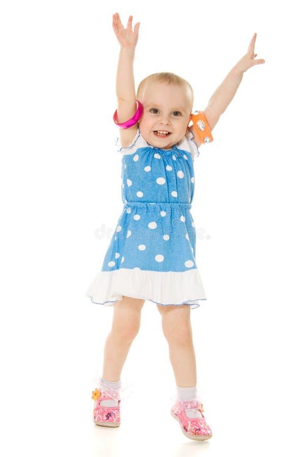 Маленькая девочка подняла ее руки вверх стоковые изображения