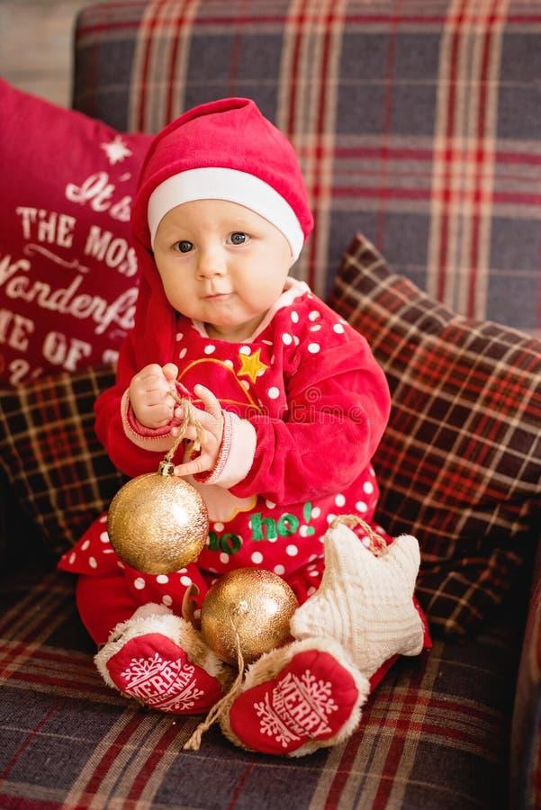 Маленькая девочка под рождественской елкой стоковое изображение rf