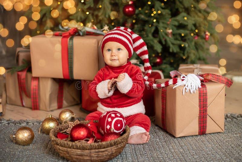 Маленькая девочка под рождественской елкой стоковые изображения