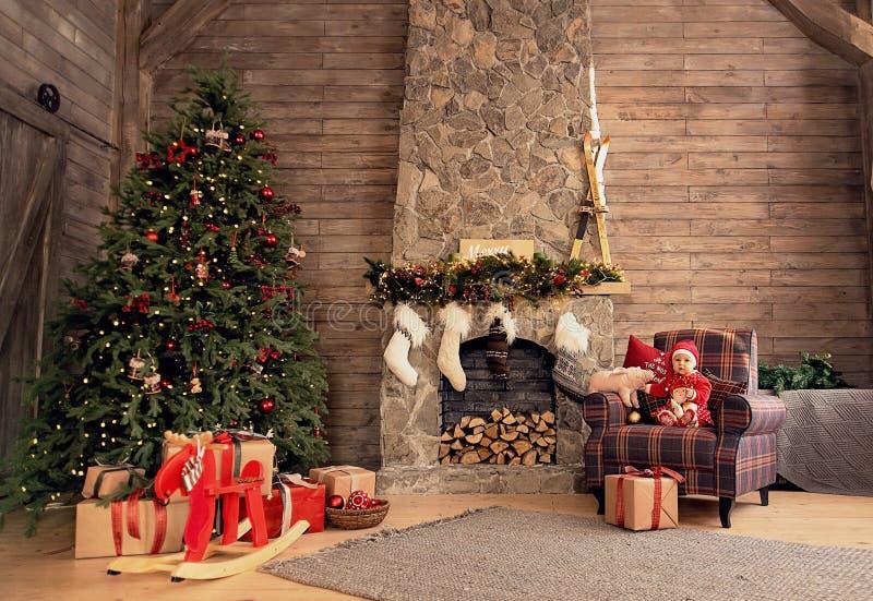 Маленькая девочка под рождественской елкой стоковая фотография