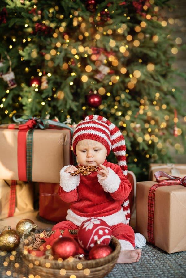 Маленькая девочка под рождественской елкой стоковая фотография rf