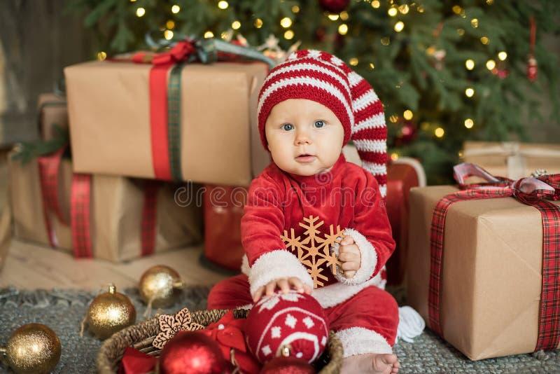 Маленькая девочка под рождественской елкой стоковое изображение