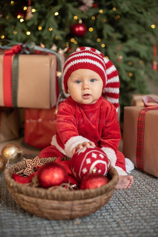 Маленькая девочка под рождественской елкой стоковые фото