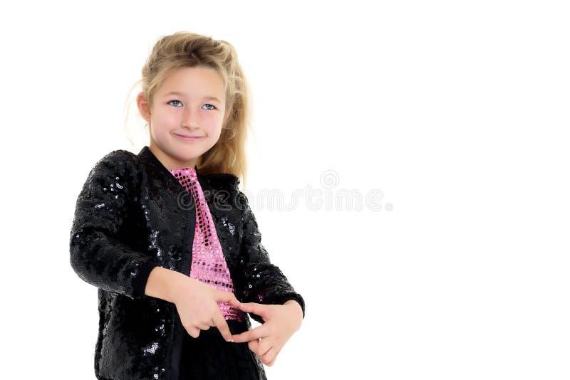 Маленькая девочка показывает сердце руками стоковая фотография
