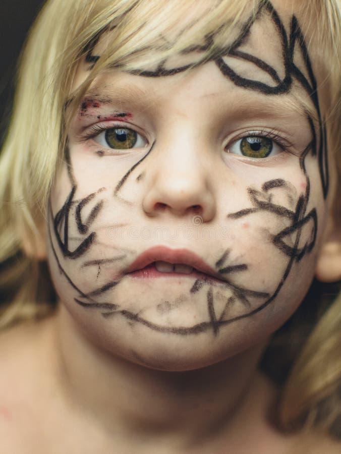 Маленькая девочка покрасила ее сторону с отметкой Состав на хеллоуин стоковое фото rf