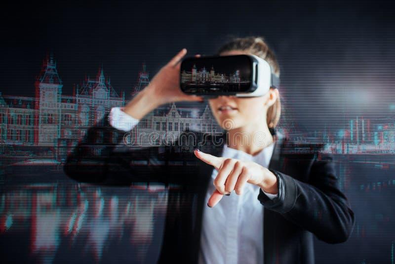 Маленькая девочка получая шлемофон опыта VR, использует увеличенные eyeglasses реальности, был в виртуальной реальности В городе  стоковые изображения rf