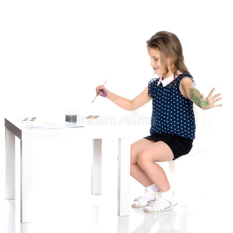 Маленькая девочка получила пакостной с красками стоковая фотография