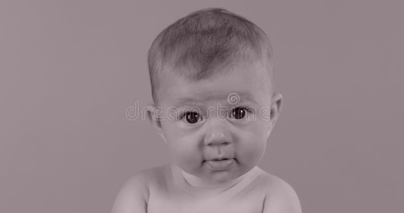 Маленькая девочка получила пулю в голову стоковая фотография rf