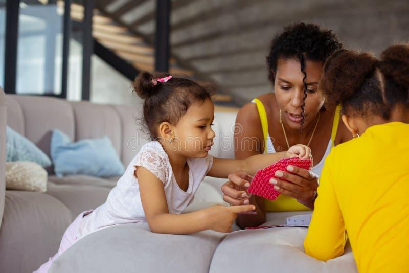 Маленькая девочка помогая ее маме сыграть карты стоковые изображения rf