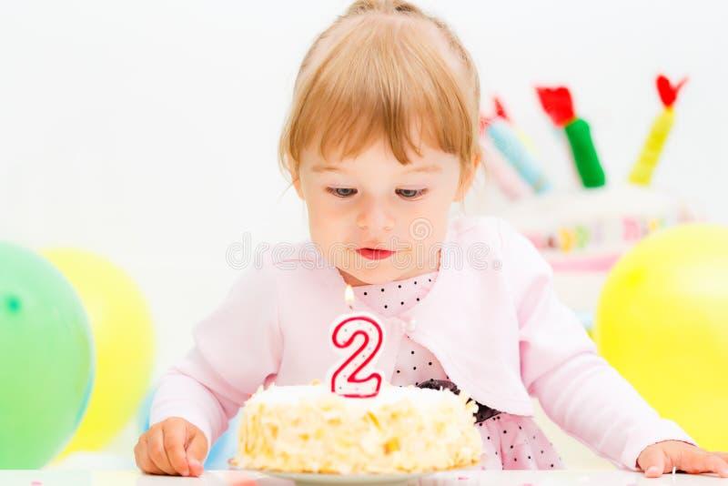 Маленькая девочка празднуя второй день рождения стоковое фото rf