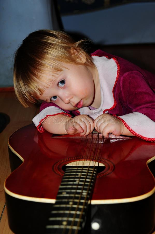 Маленькая девочка представляя для фотографа стоковое изображение