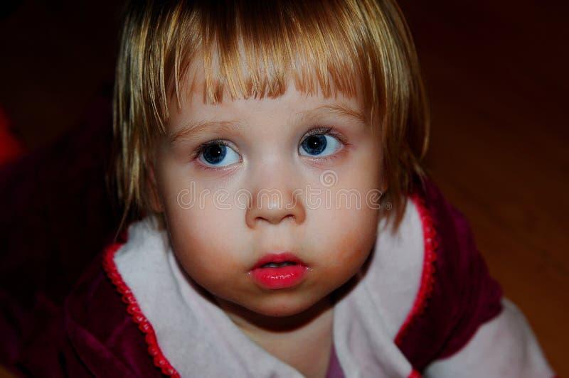 Маленькая девочка представляя для фотографа стоковая фотография rf