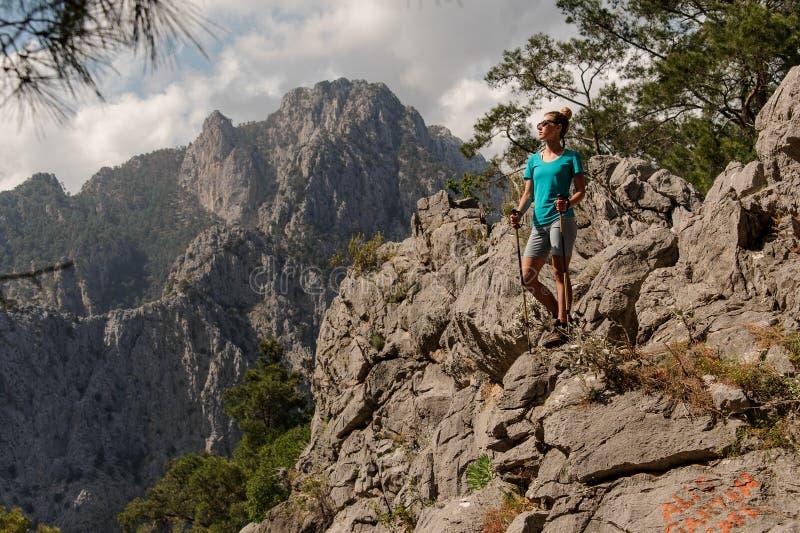 Маленькая девочка представляя наверху горы стоковое изображение
