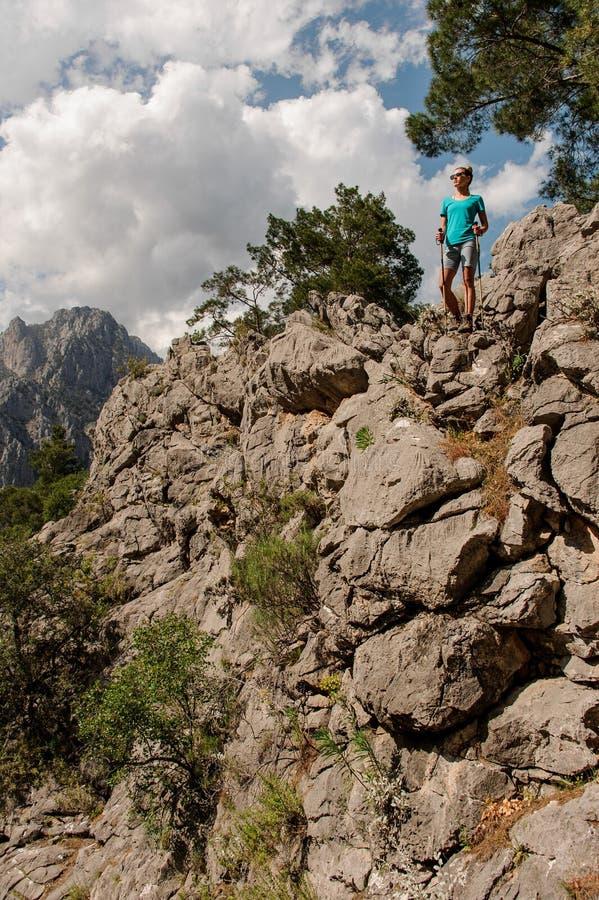 Маленькая девочка представляя поверх горы стоковые изображения