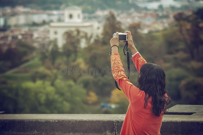 Маленькая девочка принимая фото с камерой старого городка в европейском городе Праге стоковые изображения rf