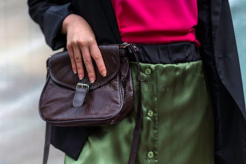 Маленькая девочка при зеленая модная юбка держа винтажное leathe стоковые фото