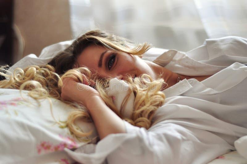 Маленькая девочка просыпает вверх стоковые изображения rf