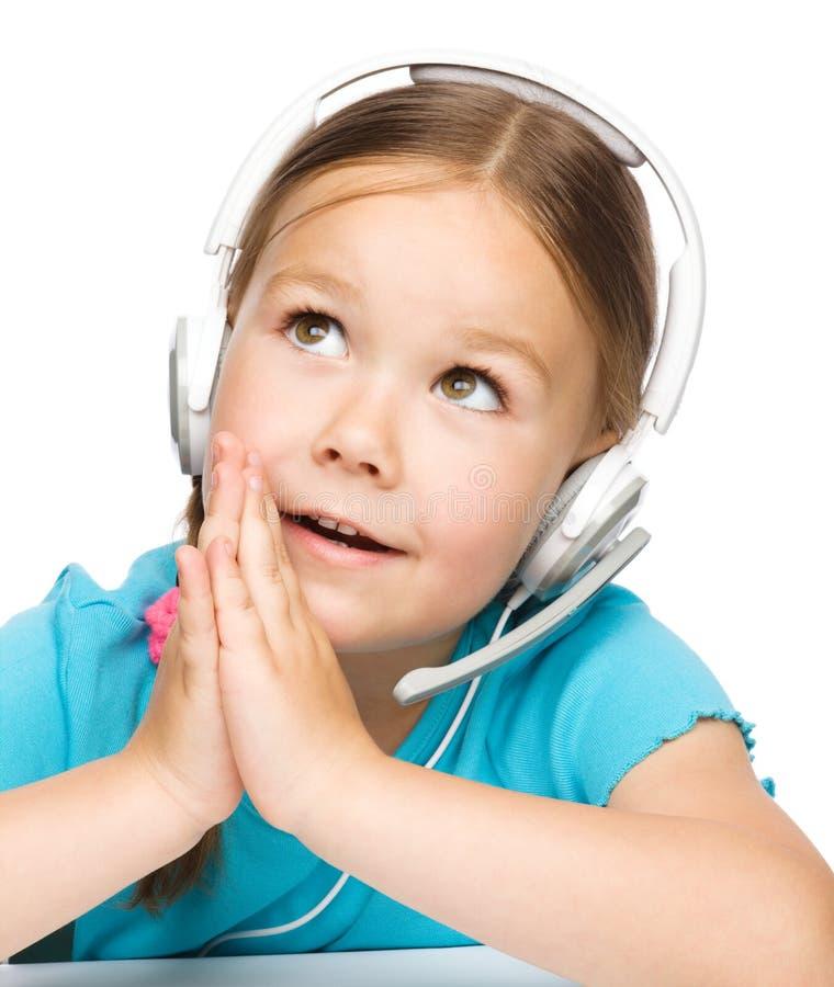 Маленькая девочка работает как оператор на helpline стоковое фото
