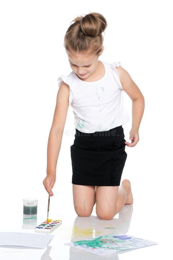 Маленькая девочка рисует краски на ее теле стоковое изображение