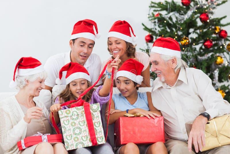 Маленькая девочка семьи наблюдая стоковая фотография