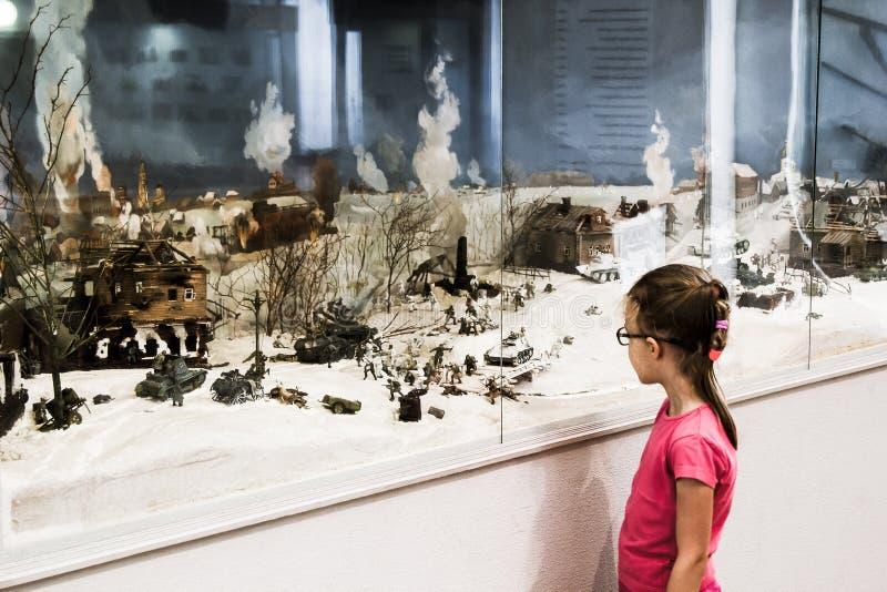 Маленькая девочка смотрит диораму сражения Второй Мировой Войны стоковые изображения rf