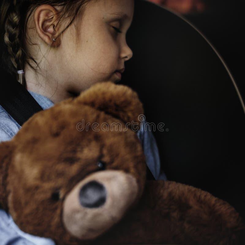 Маленькая девочка спать в автомобиле стоковое фото rf