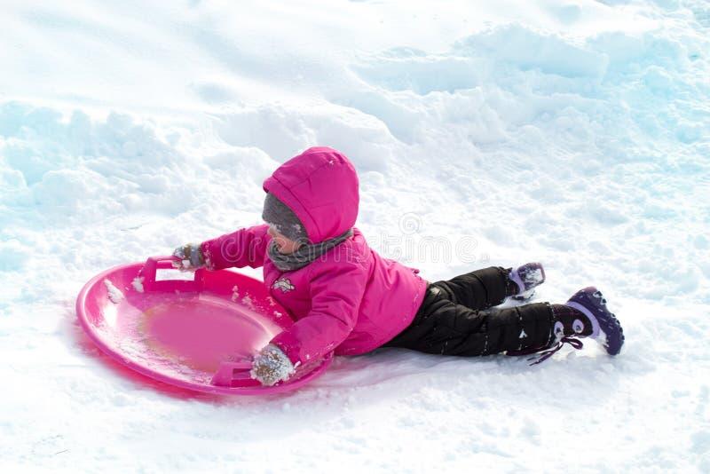 маленькая девочка сползает вниз холм стоковое изображение rf