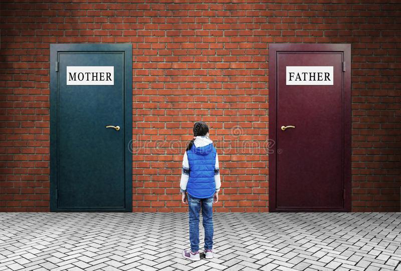 Маленькая девочка стоит перед 2 закрытыми дверями с плитами матерью и отцом стоковые изображения rf