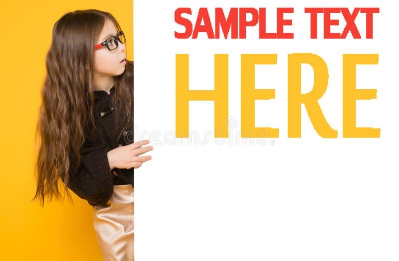 Маленькая девочка с белым знаком стоковое изображение rf