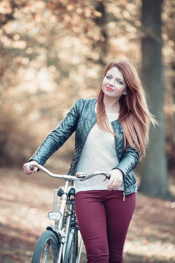 Маленькая девочка с велосипедом стоковые фотографии rf