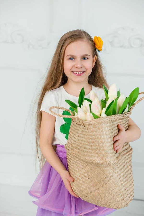 Маленькая девочка с горшком с золотом на день St. Patrick стоковое изображение rf