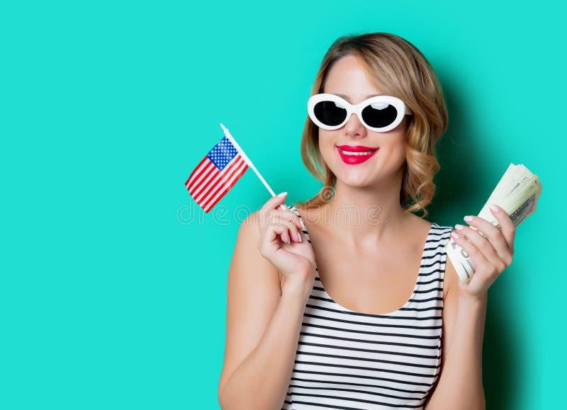 Маленькая девочка с деньгами и флагом Соединенных Штатов стоковые изображения