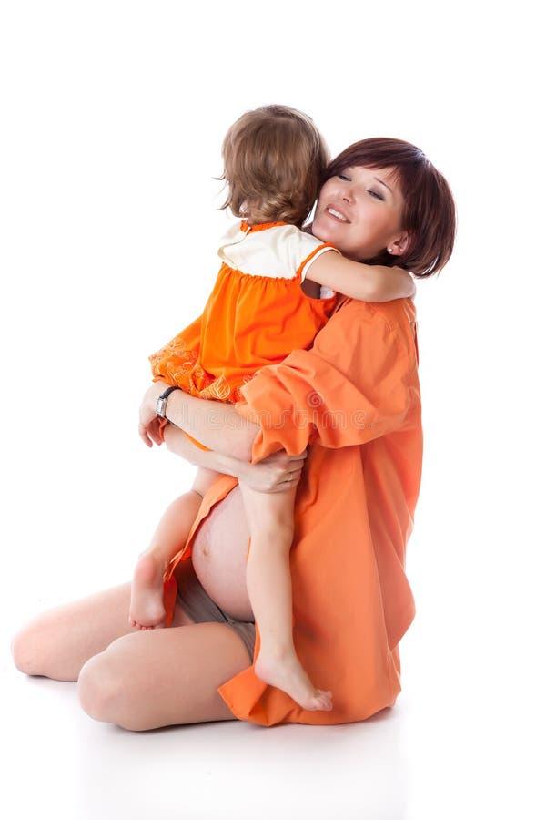 Маленькая девочка с ее матью в студии стоковые фото
